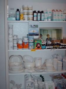 Verkaufsregal Kosmetik und Geschirr